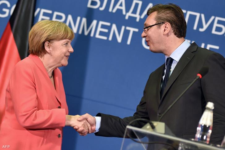 Angela Merkel Németország kancellárja kezet fog Alekszandar Vucsics szerb miniszterelnökkel Belgrádban 2015. július 8-án.