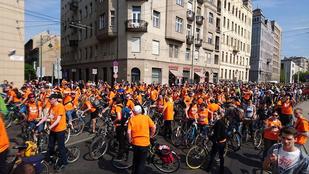 Már alakul a bringás tömeg a Közraktár utcában