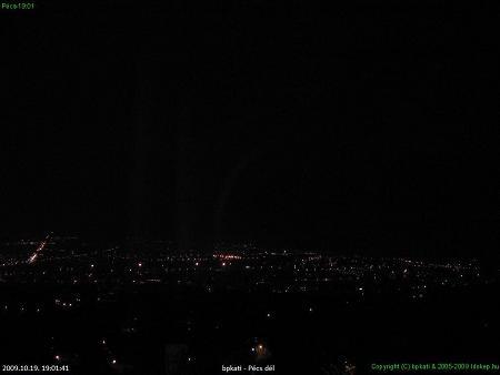 Pécs látképe október 19-én délután ötkor, hatkor és hétkor - vasárnaptól már este hatkor olyan sötét lesz, mint az utolsó képen (webkamera: idokep.hu)