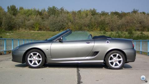 MG TF ajtaja mögötti rés nem kamu: az autó középmotoros, ott kapja a levegőt