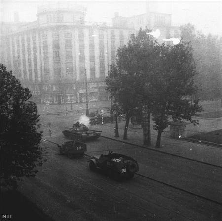 T54-es szovjet harckocsik és páncélozott csapatszállító járművek vonulnak a Múzeum körút és Rákóczi út kereszteződésében.