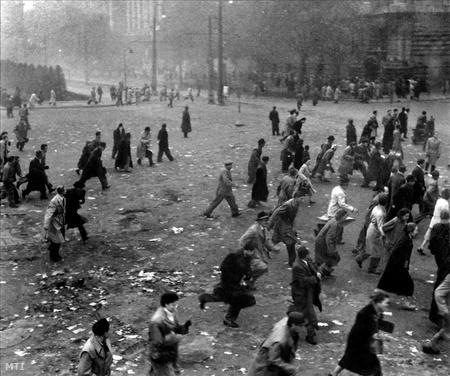 A sortűz elől menekülő tüntetők a Kossuth téren.
