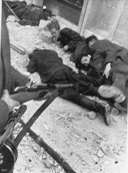 Foglyul ejtett államvédelmis katonák kivégzése a Köztársaság téren.