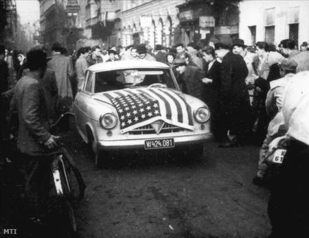 Amerikai lobogóval feldíszített bécsi rendszámú autó az Akácfa utca 3. szám előtt.