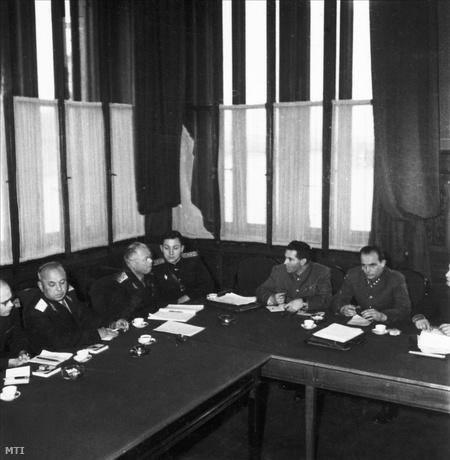 Szovjet katonai küldöttség a Parlamentben, középen a delegáció vezetője, Mihail Szergejevics Malinyin hadseregtábornok.