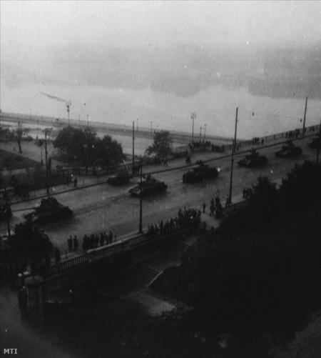 Az október 23-án kitört forradalom leverésére bevonuló szovjet tankok a Margit hídon november 4-én.