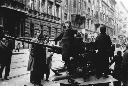 Gyerekek kilőtt légelhárító ágyúval játszanak a Népszínház utcában