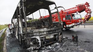 Kiégett turistabusz miatt zárták le az M7-est