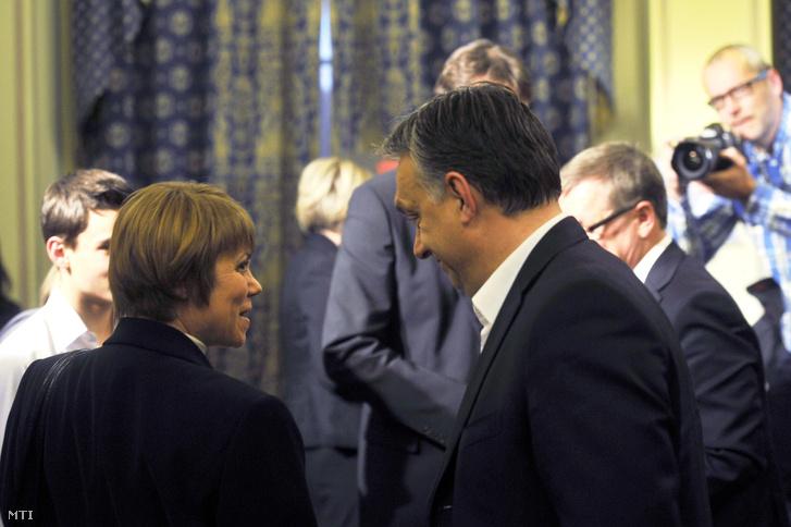 Orbán Viktor és a szerző Wiedermann Helga Sakk és póker - krónika a magyar gazdasági szabadságharc győztes csatáiról című könyvének bemutatóján.