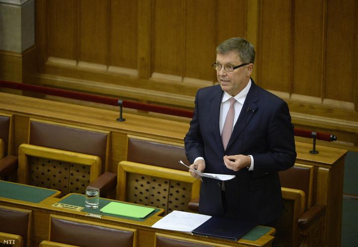 Matolcsy György a Magyar Nemzeti Bank elnöke kérdésre válaszol az Országgyûlés plenáris ülésén 2016. április 4-én.