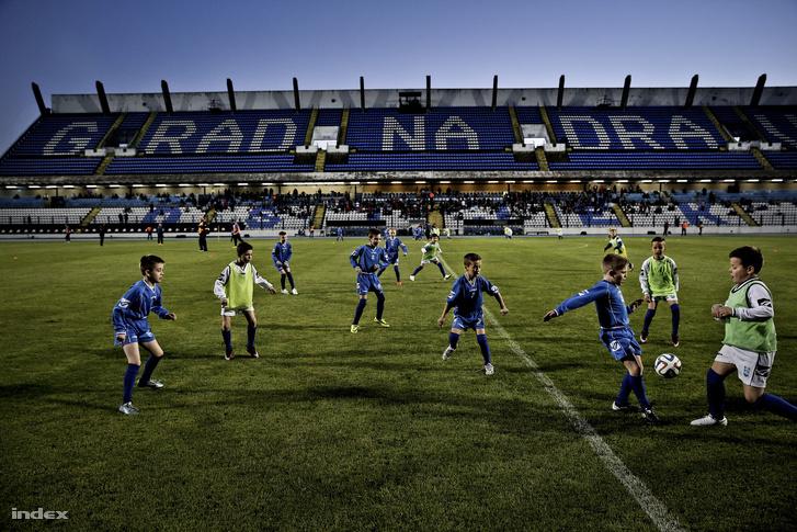 Az eszéki ifi csapat játszott a mérkőzés szünetében