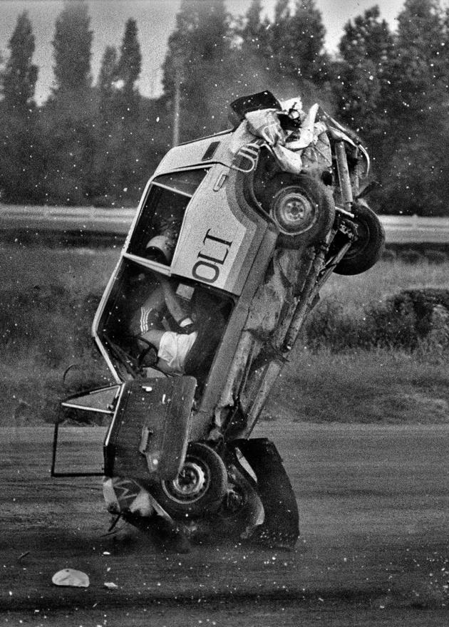 1983. 06. 02.                          Autós távolugrási világcsúcskísérlet a budapesti ügetőn. Maruzsi László 9 autót ugrott át azután szerencsétlenül landolt. Maradandó sérülés nélkül megúszta.