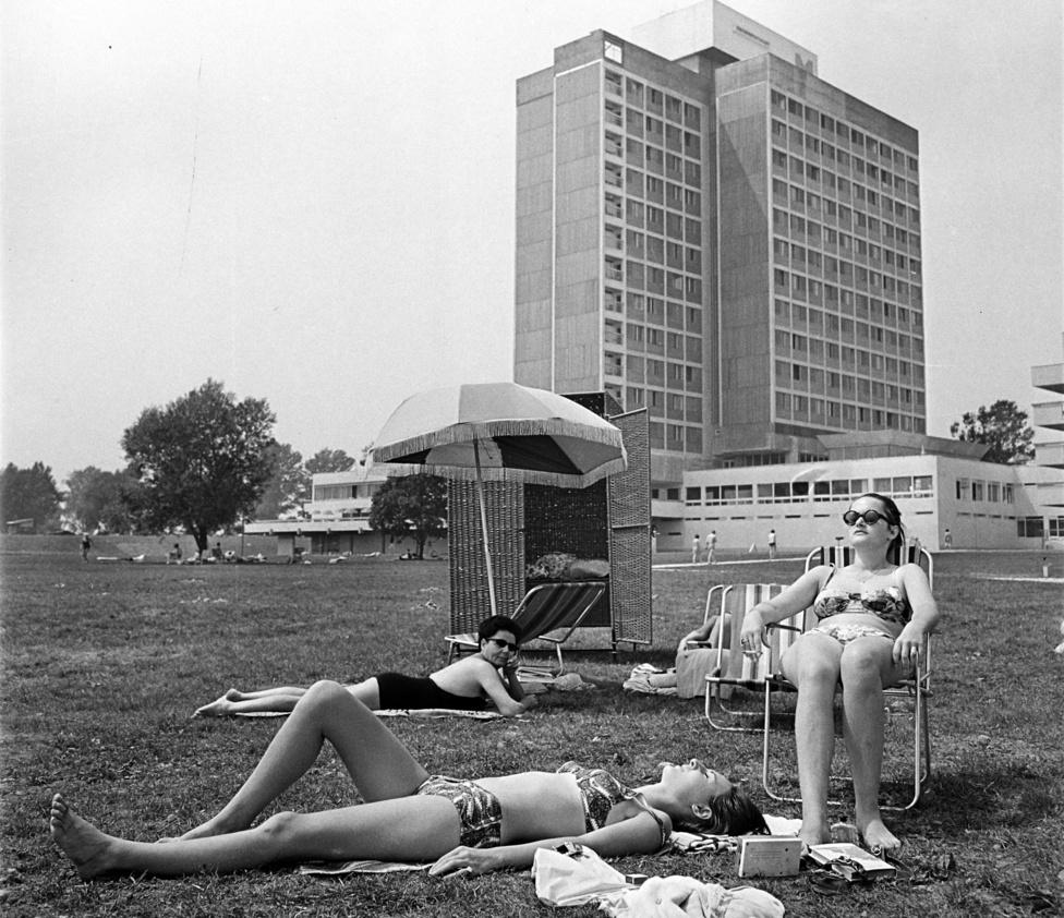 Gigantikus víkendháznak becézték az 1969-ben megnyílt balatonmáriafürdői Hotel Marinát, amelyért Mányoky Lászlót és Bedécs Sándort Ybl-díjjal jutalmazták. A Közti-könyv szerint ez volt az első modern balatoni hotel, ahol minden egyben volt: kapcsolat a parttal és a kempinggel, saját kikötő, a hallból pedig lépcső vezetett le a strandra. Szállodához egy lábakon álló motel kapcsolódott, amely alatt nem csak parkolhattak, de az utánfutón szállított vízi sporteszközöket is ott tarthatták a vendégek. Vajon hány hazai turista élhetett akkoriban ezzel a lehetőséggel?
