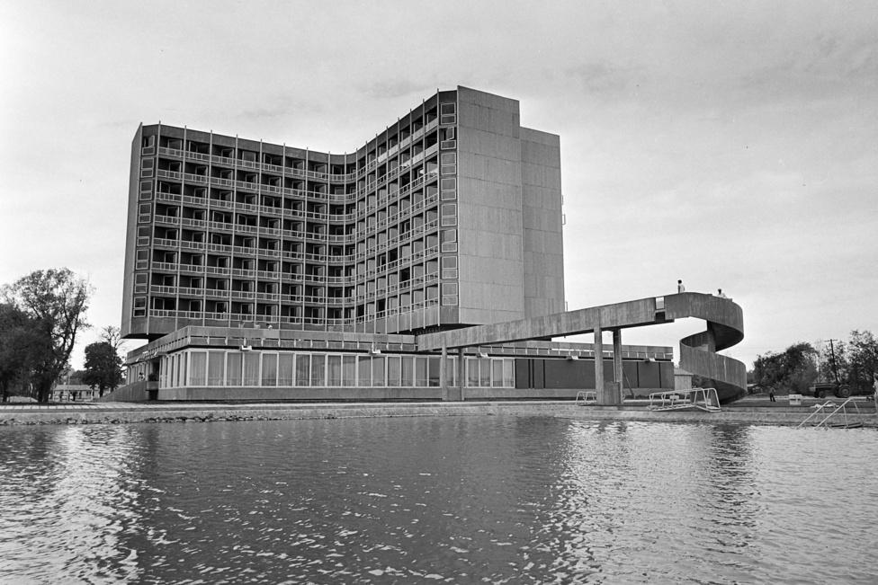 Legnagyobb kedvencem a korszak hotelei közül a keszthelyi Helikon. A számtalan szellemes megoldással gazdagított épületben a kedvencem, hogy Tolnay Ottó milyen ügyesen csinált saját partszakaszt a vendégeknek, anélkül, hogy elvette volna a Balaton-partot másoktól. Az első szintről egy kis híd vezet egy mesterséges szigetre, ahol csak és kizárólag a szállóvendégek sütkérezhetnek.