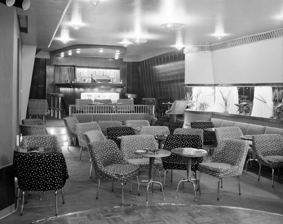 A kulturált kávézó a visszafogott táncesemények színhelye. A párok a kerek parketten ismerkednek egymás táncmozdulataival, miközben a közönség a kagylószékekben figyeli, hogy ki hág át a szocialista erkölcsökön.