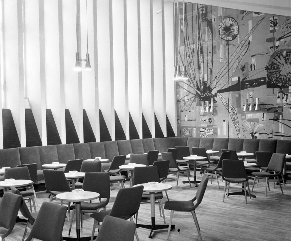 A szocialista beütésű későmodernsira stílus értékére utal, hogy ez a nagystílű térben berendezett kávézó ma is sikerrel futna.