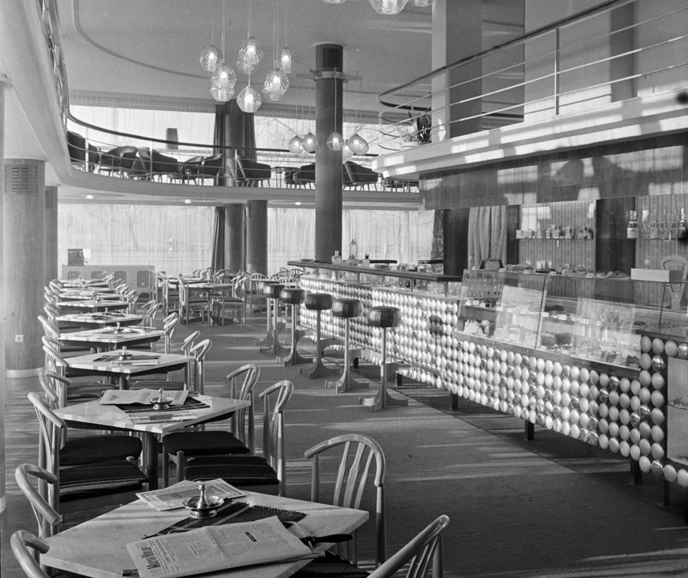 Végre egy bár, amit felismertünk. Ez a Dunapark kvázó, amit annyira csodás stílusban tervezett meg 1937-ben Hoffstatter Béla és Domány Ferenc, hogy semmilyen berendezés nem tudja elcsúfítani. Sőt, ez a nett szociomodernista dizájn ugyanannyira illik hozzá, mint a mostani, ízléstelen nagyvállalkozókra szabott bőrkanapés berendezés.