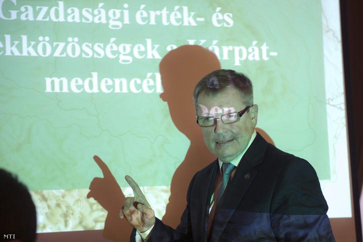 Matolcsy György a Magyar Nemzeti Bank elnöke beszédet mond egy gazdasági fórumon.