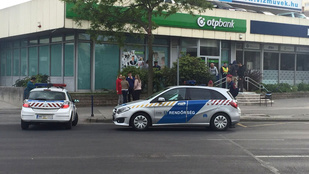 Valami történik az egyik Váci úti bank előtt