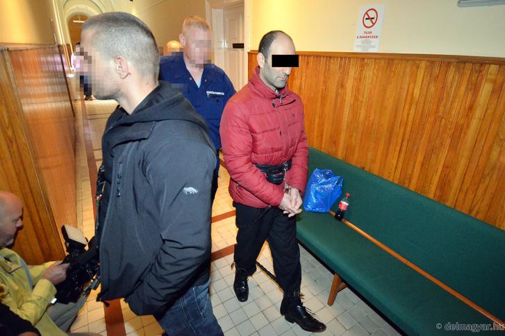 Ahmed H. rendőri kísérettel érkezik a Szegedi Törvényszékre 2016. április 25-én.