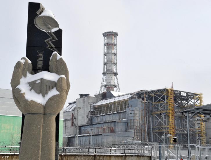 Emlékmű a csernobili atomerőmű előtt.