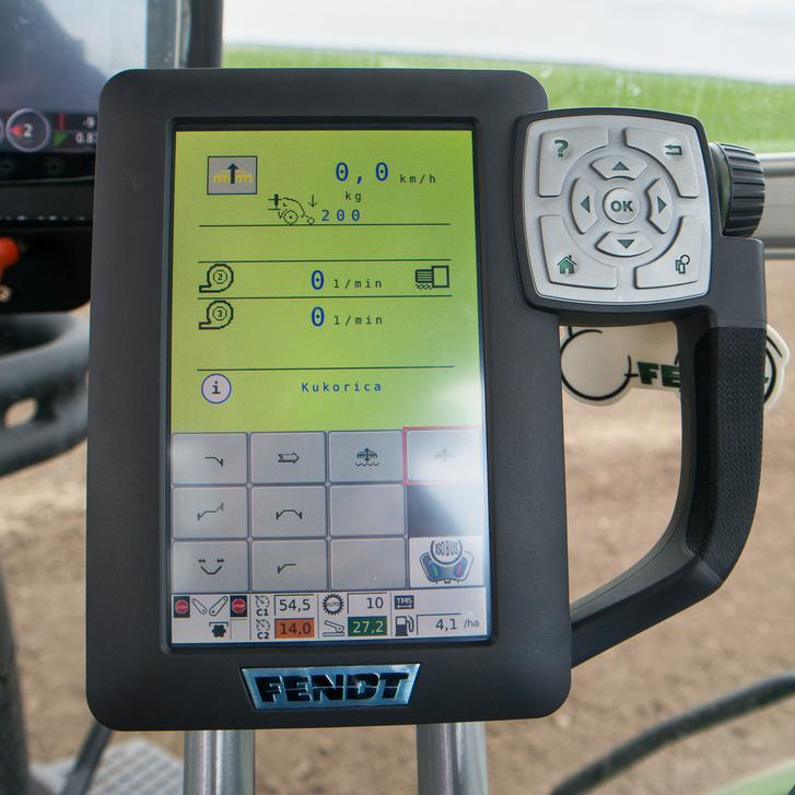 A traktor mindenféle feladathoz előre programozott vezetési módokat tud. Minden erről az érintőképernyőről állítható, csak érteni kell hozzá