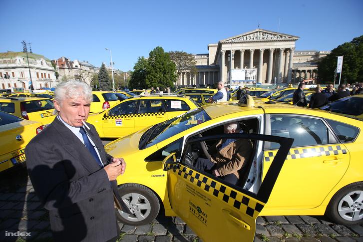 Tüntető taxisok a Hősök terén