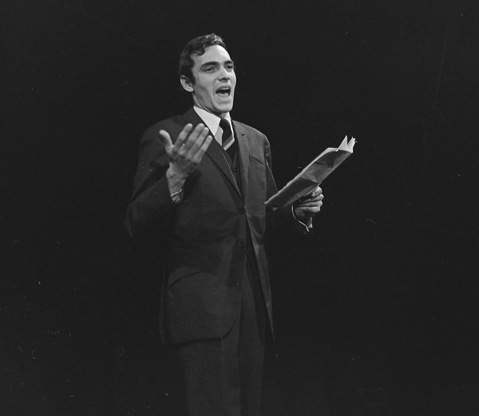 1972: Benedek Miklós.                         Az 1958/59-es tanévtől Petur István lett a színpad igazgatója, az ő vezetése alatt alakult meg az Amatőrfilm Klub (1961), az Universitas Együttes (1961), a Néptáncegyüttes és a Koncertzenekar (1958). Az Universitas alapítótagjai közül többen profi művészek lettek – Fodor Tamás, Halász Péter, Hetényi Pál, Kristóf Tibor, Sólyom Kati, Jordán Tamás, Bálint András, Schütz Ila. A társulat első nagy sikerét Majakovszkij Gőzfürdő című művével aratta. Ezt a produkciót több jelentős előadás követte – Arisztophanész: Madarak, Csokonai Vitéz Mihály: Az özvegy Karnyóné, A pokol nyolcadik köre, Shakespeare: Hamlet.