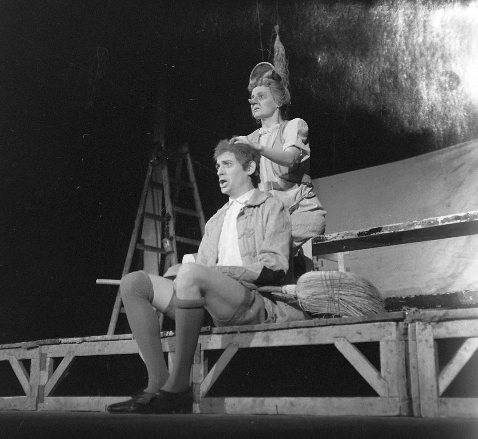1973: Sólyom Kati és Jordán Tamás Csokonai Vitéz Mihály: Az özvegy Karnyóné című darabjában.                         Ruszt józsef 1961-től rendezett az Universitasban. 1965-ben az együttes volt az első prózai társulat, amely kijutott nyugatra, és a nancyi fesztiválon Ruszt rendezésével, Az özvegy Karnyónéval második díjat kapott, a címszerepet alakító Sólyom Kati pedig Zágrábban a legjobb női alakítás díját nyerte el.                         Nem Az örvegy Karnyóné volt az egyetlen darab, amelyik eljutott Nancyba az Egyetemi Színházak Világfesztiváljára: 1969-ben A pokol nyolcadik körével szerepelt az Universitas Együttes.
