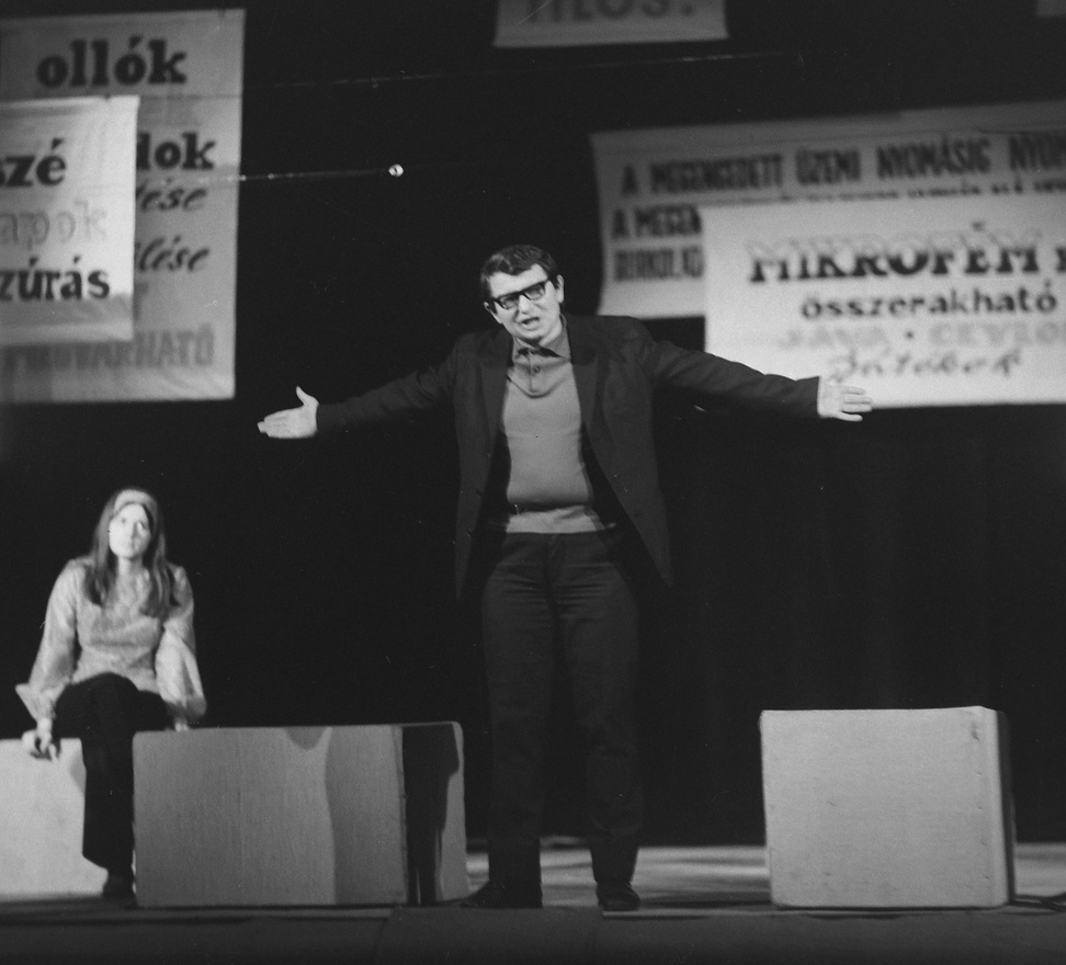 1974: Vajda Károly                         Bár az 1957-ben alakult Egyetemi Színpad 1991-ig, a kápolna piaristáknak történő visszaadásáig működött, fénykorát a '60-as '70-es években élte. A kápolna, melyet az egyetemisták ünnepségek megtartására és önképzőkörök működésére kaptak, Budapest ikonikus kulturális központjává vált, az Egyetemi Színpadról az is hallott, aki életkorából adódóan sosem járhatott ott.