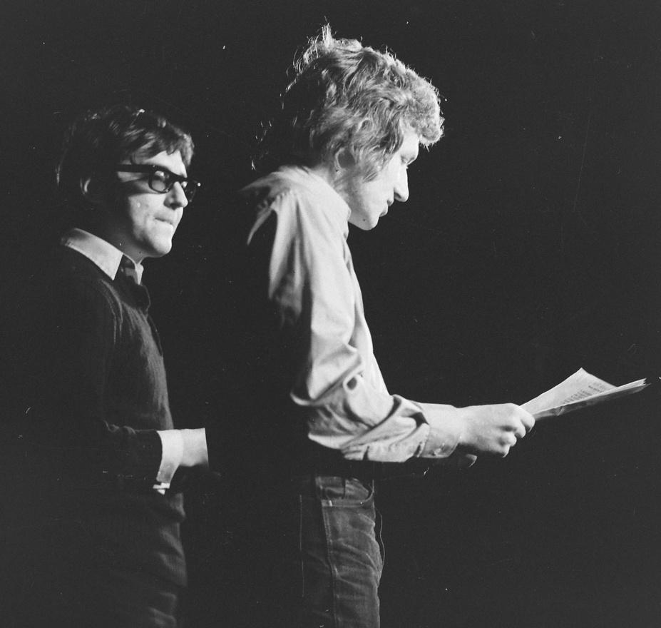 1972: Verebes István és Kern András.                          A Színművészeti Főiskola híres Várkonyi-osztálya is bemutatkozott az Egyetemi Színpadon. Verebes István rendezésében a Mozgó Világ című folyóiratban megjelent írásokból válogattak előadásukra.