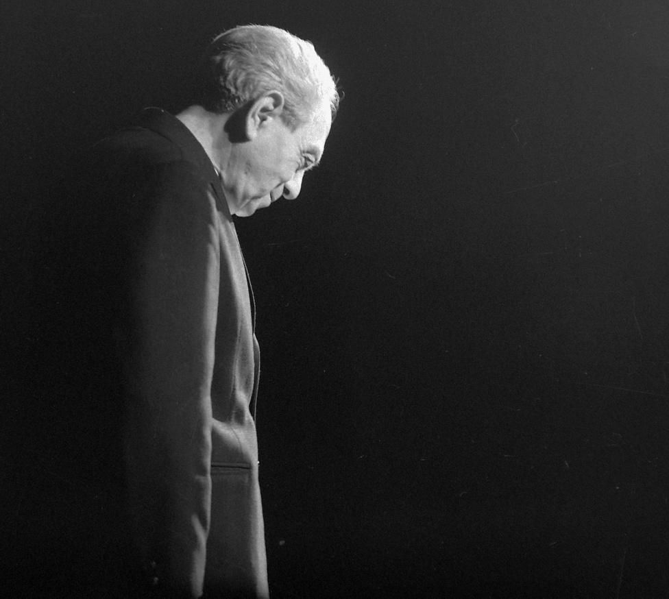 1973: Zelk Zoltán.                         Az irodalmi műsorokat Surányi Ibolya szerkesztette. A költő felel és a Próza a pódiumon előadásaira olyan kortárs költőket hívott meg, mint Déry Tibor, Németh László, Zelk Zoltán, Pilinszky János vagy Csoóri Sándor. Műveik elhangzása után a közönség kérdéseire válaszoltak – Déry Tibor például olyannyira nem zavartatta magát, hogy a börtönéveiről is mesélt, ami valószínűleg az egyetemi és országos illetékeseknek is szemet szúrt. A cenzúra az Egyetemi Színpadon is működött, volt olyan előadás, amelyet csak feltételesen engedélyeztek, azaz az Egyetemi Pártbizottság által kijelölt elvtársak döntésétől függött, hogy az előadás változatlan formában vagy változtatásokkal kerülhet-e a közönség elé.