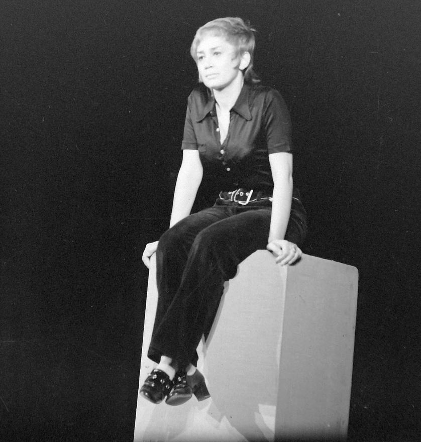 1974: Margitai Ági.                         A szavalókör 1971-ben vette fel Balassi Bálint nevét. Surányi Ibolya tanítványaival és az új tagokkal József Attila és Robert Burns költeményeivel készült az új évadra. '71 októberében 12 előadó részvételével rendezték meg a Fiatal előadóművészek fesztiválját. Az itt fellépők kortárs költők műveit (pl. Margitai Ági), klasszikusokat (pl. Bálint András), Karinthyt (Kézdy György) vagy épp gyerekverseket (Sólyom Kati) szavaltak. A politika ebben az esetben is beleszólt a műsorba, Fodor Tamás estjét majdnem betiltották, Surányi Ibolyát és Fodort bekérették a Budapesti Pártbizottságra. Az összeállított műsor végül a közönség elé kerülhetett.