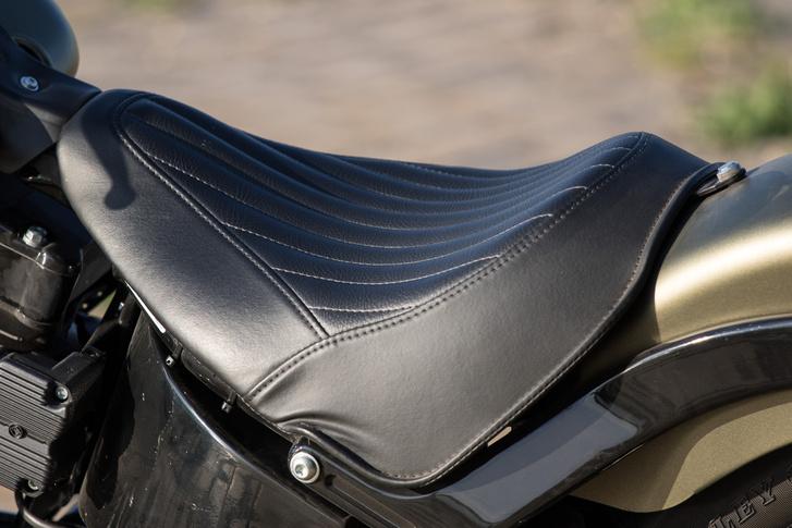 Szép és kényelmes az ülés, kár, hogy a teljes testsúly az ülőgumókra esik, így hamar zsibbad a hátsó