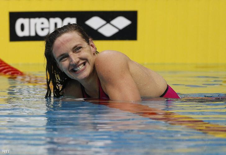 Hosszú Katinka miután megnyerte a netánjai rövidpályás úszó Európa-bajnokság női 100 méteres vegyesúszásának döntőjét 2015. december 4-én.
