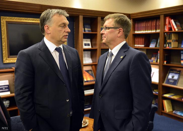 Orbán Viktor miniszterelnök (b) és Matolcsy György a jegybankelnök Egyensúly és növekedés címû könyvének bemutatóján a Magyar Nemzeti Bankban 2015. március 5-én.