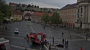 Szökőkút nyelt el egy tűzoltóautót az egri Dobó téren