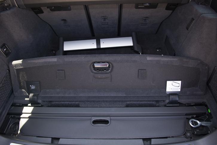 A BMW esetében van hová eltenni az árnyékolót, külön kis rekeszt kapott