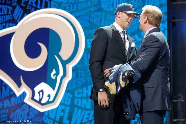 Jared Goff, a Los Angeles Rams újonc irányítója az NFL-vezér Roger Goodell-lel