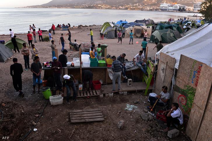 Törökország felől érkezett menekültek a görög Leszbosz szigeten