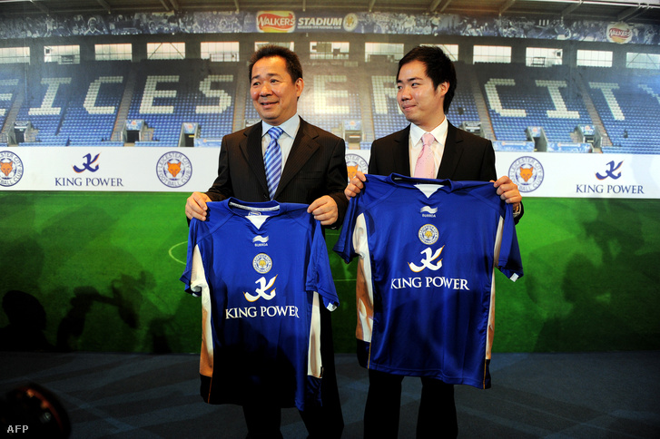 Vichai Srivaddhanaprabha fiával a Leicester City megvásárlása után