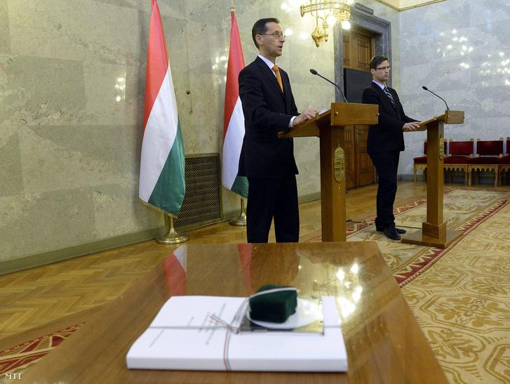 Varga Mihály nemzetgazdasági miniszter (b) és Gulyás Gergely az Országgyûlés törvényalkotásért felelõs alelnöke nyilatkozik a sajtónak a 2017. évi költségvetési törvényjavaslat átadásán az Országház Delegációs termében 2016. április 26-án.