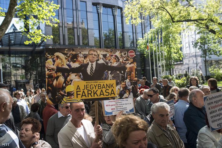 Tüntetők az MSZP Elég volt Matolcsy! címmel tartott demonstrációján Budapesten a Szabadság téren az MNB épülete előtt, 2016. április 30-án.