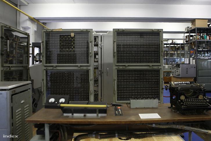 """A Kozma László által tervezett MESz-1, azaz """"Műegyetemi Számológép-1"""" jelfogós számítógép."""