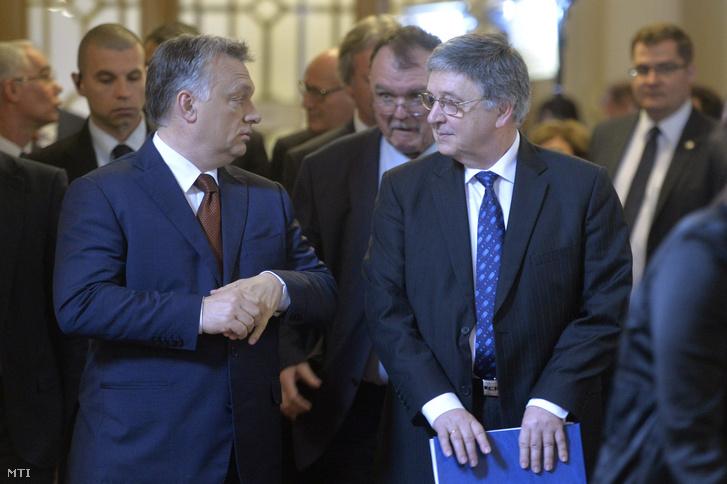 Orbán Viktor miniszterelnök (b) és Lovász László az MTA elnöke érkezik a Magyar Tudományos Akadémia (MTA) 187. rendes közgyűlésére az MTA dísztermében 2016. május 2-án.