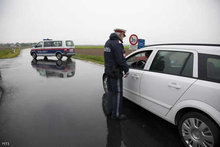 Osztrák rendőr ellenőriz egy autóst a magyar-osztrák határon Pinkamindszentnél 2016. május 2-án.