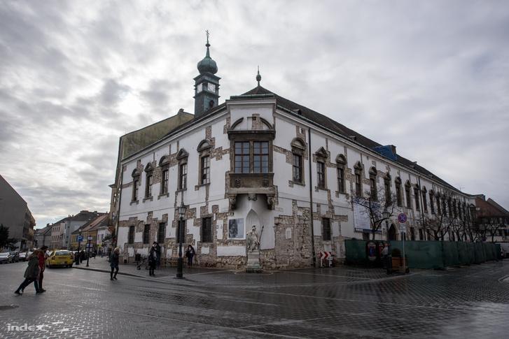 A régi Városháza barokk stílusú sarokerkélyes mûemlék épülete az Úri utcában