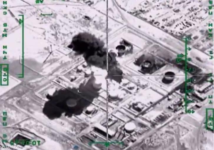 2015. november 18-án közreadott képen egy Szu-34-es orosz bombázó légitámadást hajt végre Szíriában. Az orosz hadvezetés szerint a célpont az Iszlám Állam (IÁ) olajfinomítója volt a szíriai Deir ez-Zór tartományban.