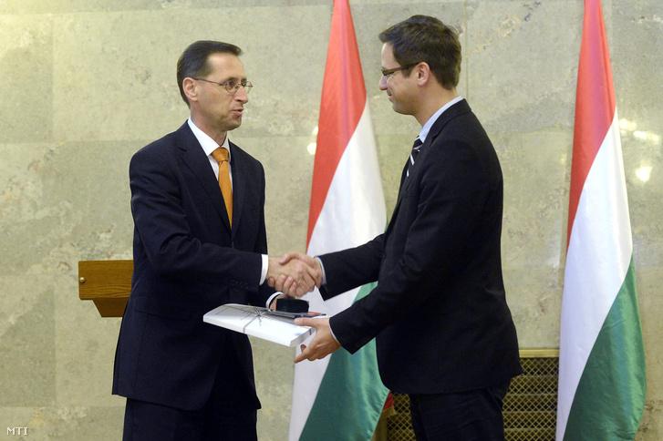 Varga Mihály nemzetgazdasági miniszter (b) átnyújtja a 2017. évi költségvetési törvényjavaslatot Gulyás Gergelynek az Országgyûlés törvényalkotásért felelõs alelnökének az Országház Delegációs termében 2016. április 26-án.