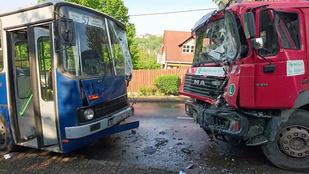 Frontálisan ütközött egy busz és egy kukásautó a 2. kerületben